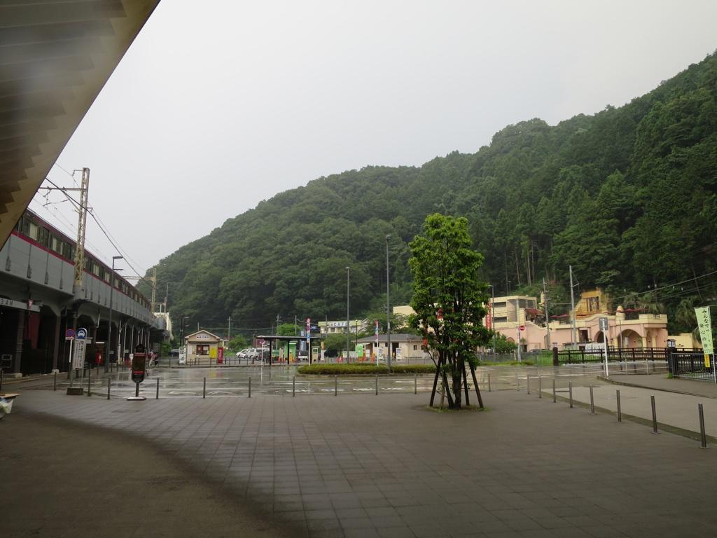 雨の中の高尾山口駅
