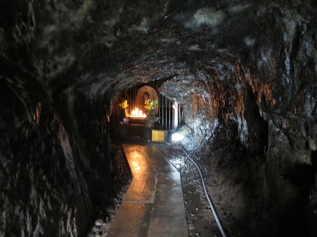 弁天堂仏像までの水の滴る洞窟