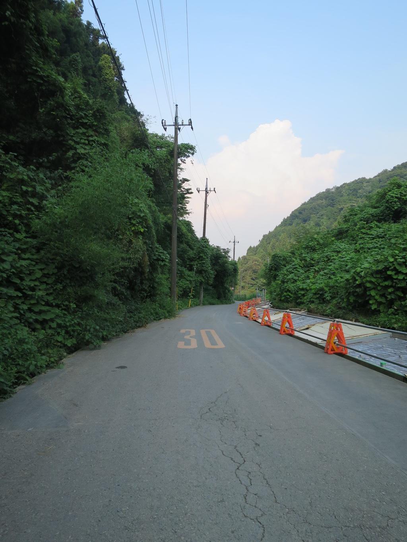 山道を抜けた舗装道路