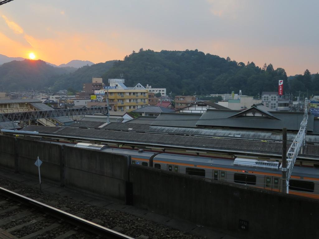 京王高尾ホームから見たJR高尾駅と夕日