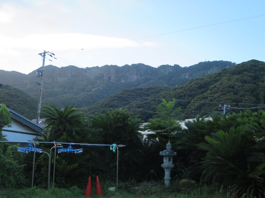 オアシスの庭から見た鋸山