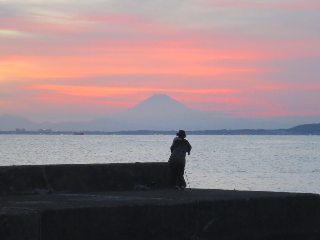 富士山を撮影する友達