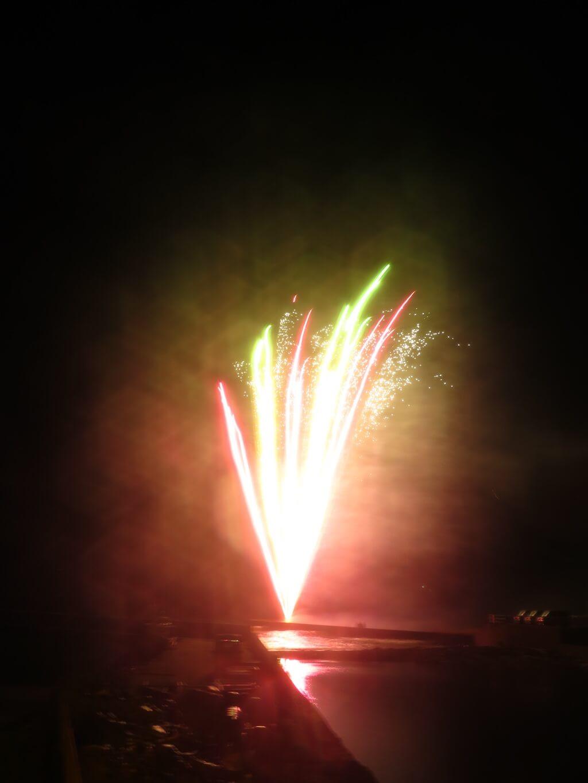 海辺で花火打ち上げ