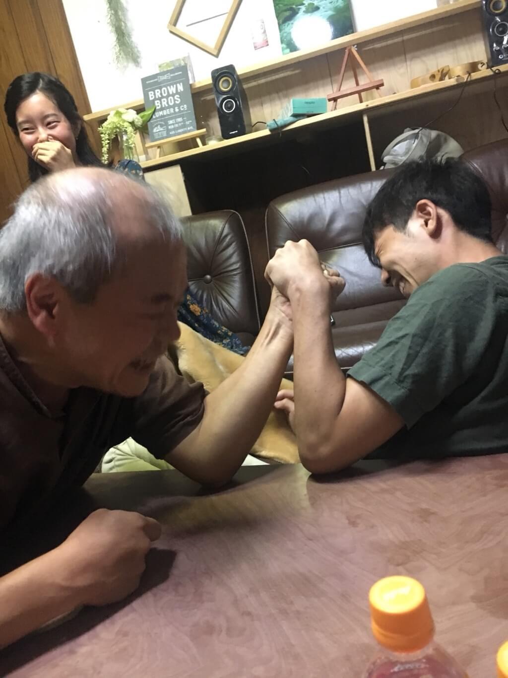 にっしーと腕相撲