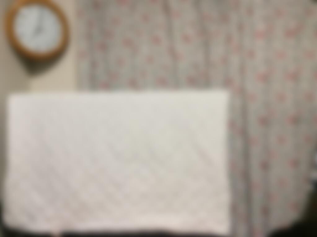 目線に入るカバーを付けたテレビ