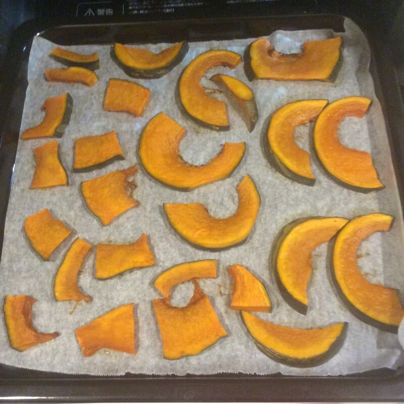 オーブン加熱中のスライスかぼちゃ