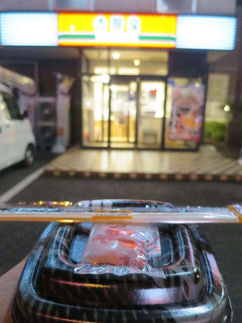持ち帰りの牛丼1杯と店の外で記念撮影