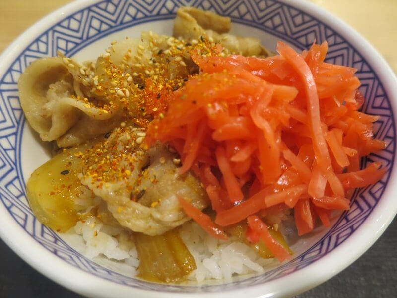 七味とショウガをトッピングした豚丼