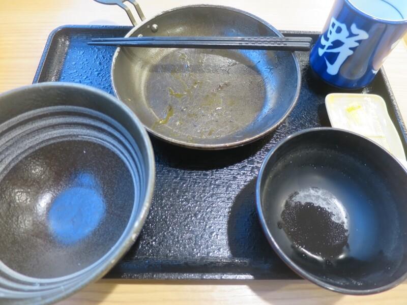 空になったハムエッグ定食の皿
