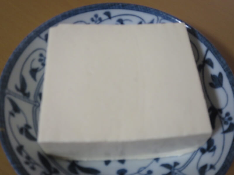 1. 豆腐を皿に盛る