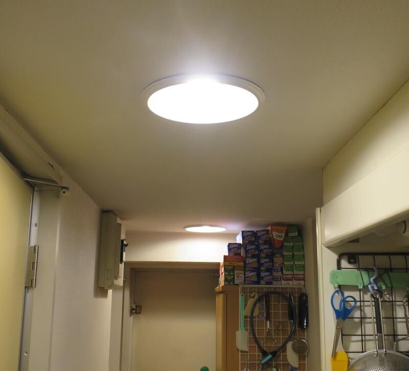 人感センサーLED電球を取り付けた廊下